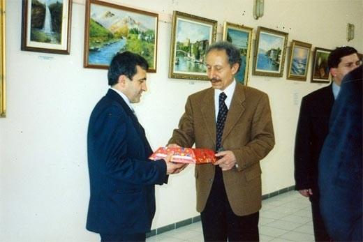 Dönemin Fatih Üniversitesi rektörü Prof. Ergün Yener, Salih Cengiz'i kutluyor.