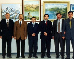 Dönemin Fatih Üniversitesi Rektörü Prof. Ergün Yener ve Öğretim Üyeleri Salih Cengiz'in resim sergisini ziyaret ettiler.