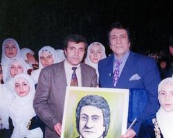 Salih Cengiz, İzzet Altınmeşe'ye portresini armağan ediyor.
