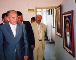 İBB Başkanı Kadir Topbaş resimleri incelerken.