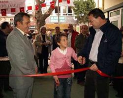 Yalova Belediye Başkanı Barbaros H. Binicioğlu sergi açılışını yapıyor.