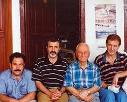 Salih Cengiz Çanakkale Yalı Hanı'ndaki sanatçı dostlarıyla.