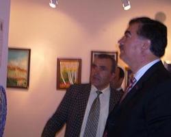 Dönemin Bayburt valisi Kerem Al 'a eserleri tanıtırken
