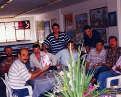 Hürriyetgücü Spor Kulübü'nde Salih Cengiz sanatsever dostları ile sohbet ederken.