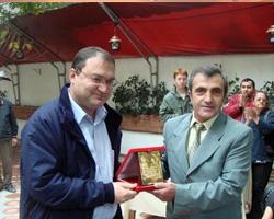 Yalova Belediye Başkanı Barbaros H. Binicioğlu, Ressam Salih Cengiz'i başarı plaketiyle ödüllendirdi.