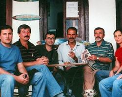 Salih Cengiz Çanakkale Yalı Hanı'ndaki atölyesinin önünde dostlarıyla.