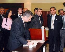 Dönemin Çanakkale Valisi Süleyman Kamçı, Salih Cengiz'in anı defterini imzalarken.
