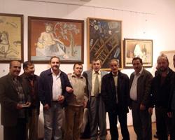 Salih Cengiz, Yalova GSM'deki sergisini ziyaret eden dostlarıyla.
