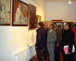 Salih Cengiz, Yalova Belediye Başkanı Barbaros H. Binicioğlu'na resimleri hakkında bilgi aktarıyor.