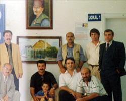 5.Dede Korkut Kültür Şenlikleri kapsamında gerçekleştirilen sergide Salih Cengiz dostlarıyla.